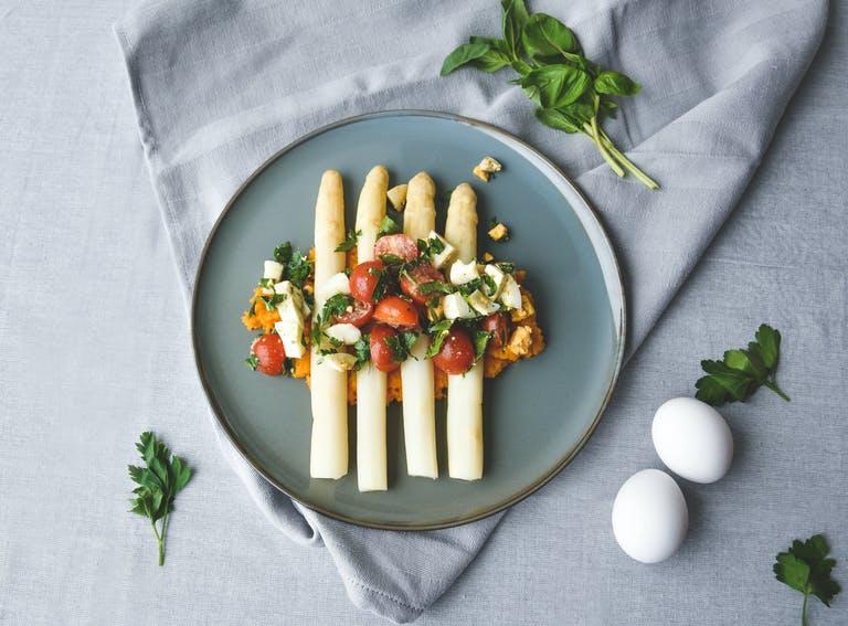 Seizoensgerecht: Witte asperges met zoete aardappel